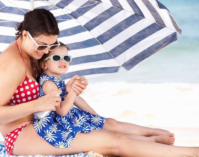 mom-daughter-beach-sun-protection-min